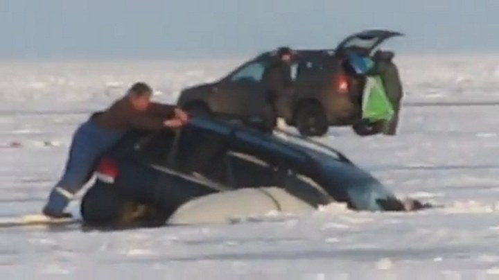 машина уходит под лед