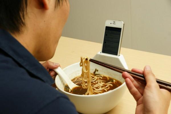 Тарелка с местом для установки Айфона