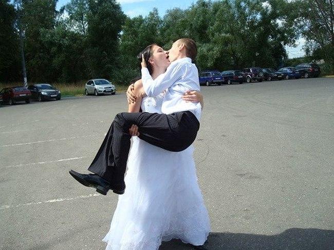 Жених на руках у невесты