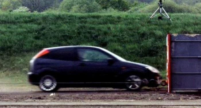 краш-тест, Форд Фокус на скорости 200 км/ч врезается в стену (1)