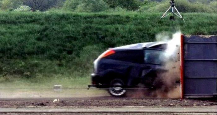 краш-тест, Форд Фокус на скорости 200 км/ч врезается в стену (3)