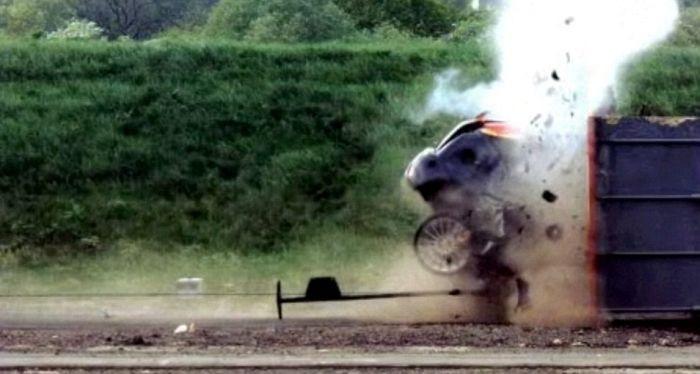 краш-тест, Форд Фокус на скорости 200 км/ч врезается в стену (4)