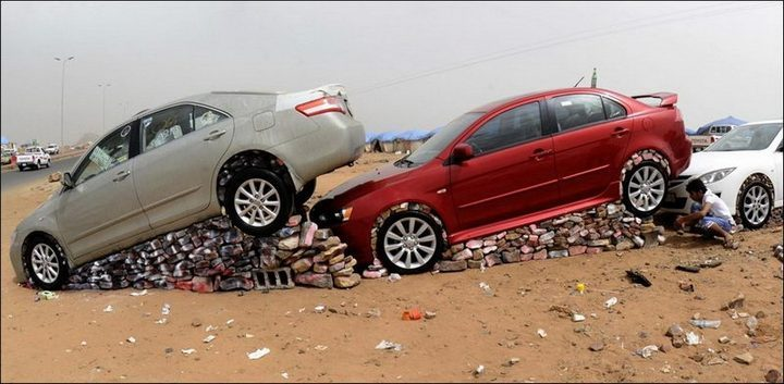 Машины на камнях. Необычное развлечение арабов (1)