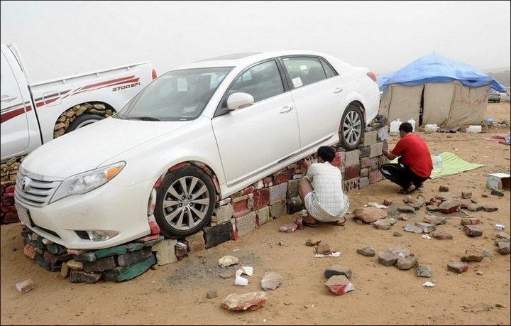 Машины на камнях. Необычное развлечение арабов (5)