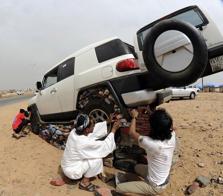 Машины на камнях. Необычное развлечение арабов (4)