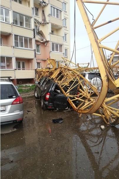 Падение крана на жилой дом в Кирове (1)