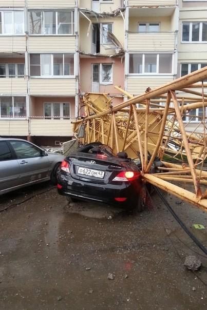 Падение крана на жилой дом в Кирове (2)