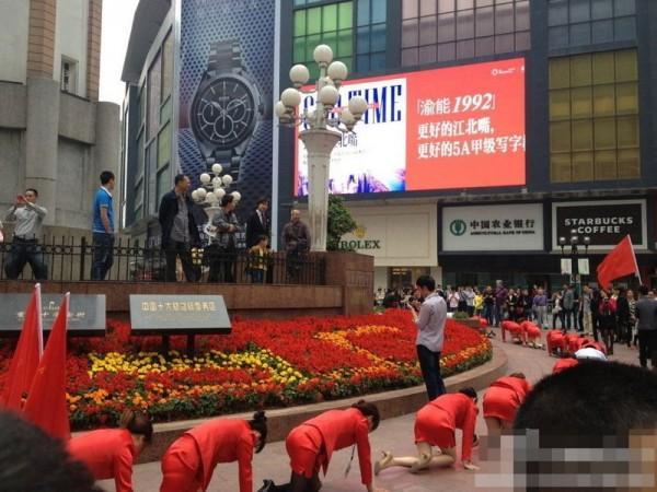 Босс поглумился над своими подчиненными в Китае (4)
