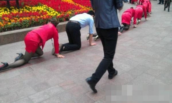 Босс поглумился над своими подчиненными в Китае (3)