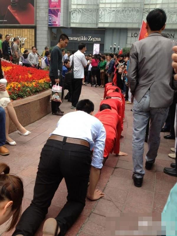 Босс поглумился над своими подчиненными в Китае (8)
