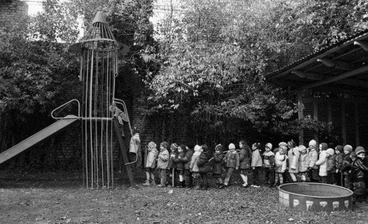 Фото из СССР, дети стоят в очереди что бы покататься на горке