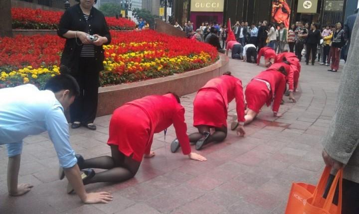 Босс поглумился над своими подчиненными в Китае (1)