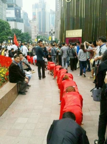 Босс поглумился над своими подчиненными в Китае (5)