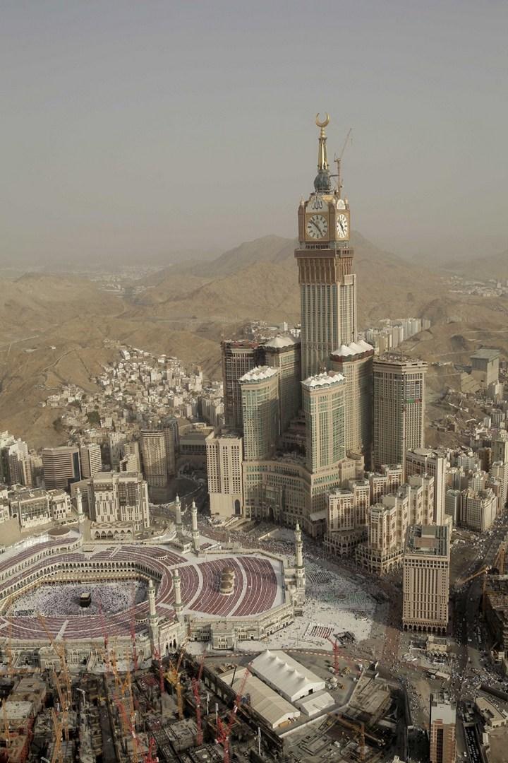 """Огромная башня с часами в Саудовской Аравии — """"Makkah Clock Royal Tower"""", мега стройка (1)"""