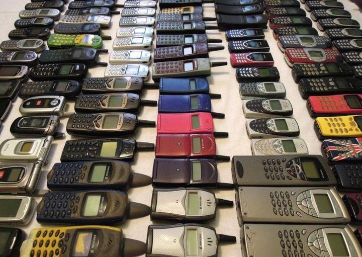коллекция состоящая из 175 старых мобильных телефонов (4)