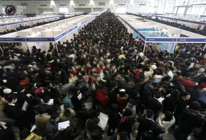Толпа желающих получить работу на на ярмарке вакансий в Пекине, Китай