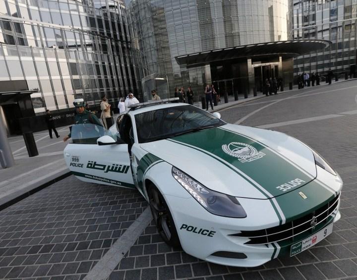 Раскошные полицейские машины в Дубаи (5)