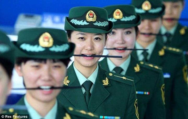Китайских сотрудниц таможни учат правильно улыбаться с помощью палочек для еды