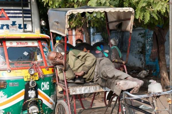 Как спят люди в Индии (18)