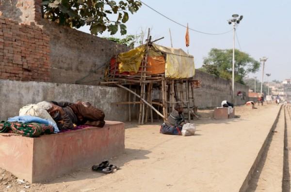 Как спят люди в Индии (9)