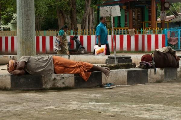 Как спят люди в Индии (1)