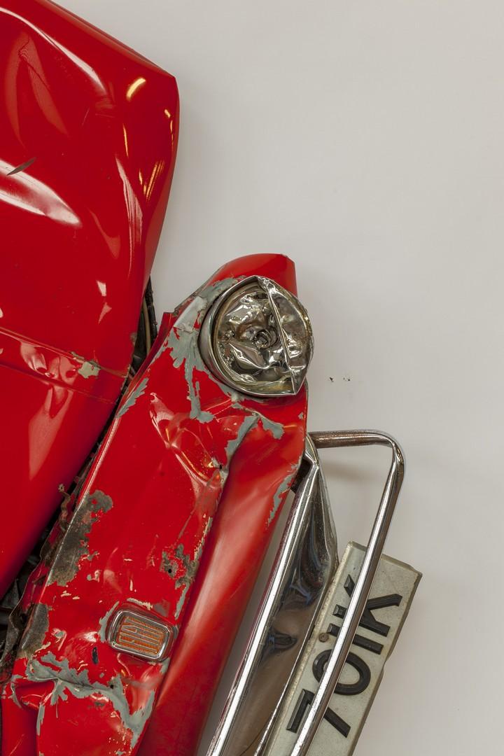 Спрессованные, раздавленные старые машины как искусство (2)