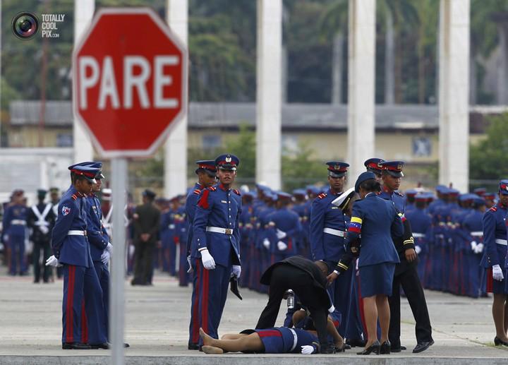 Фото солдат почетного караула падающих в обморок (17)