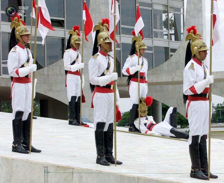 Фото солдат почетного караула падающих в обморок (14)
