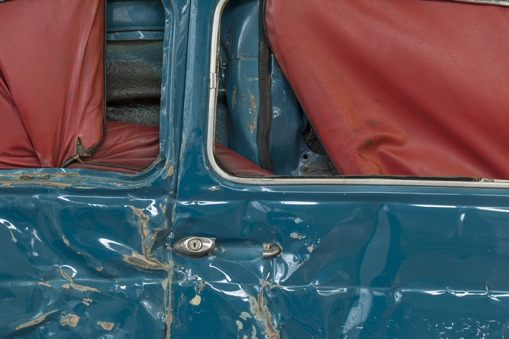 Спрессованные, раздавленные старые машины как искусство (10)