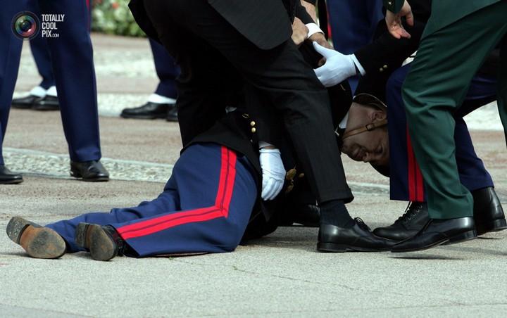 Фото солдат почетного караула падающих в обморок (13)