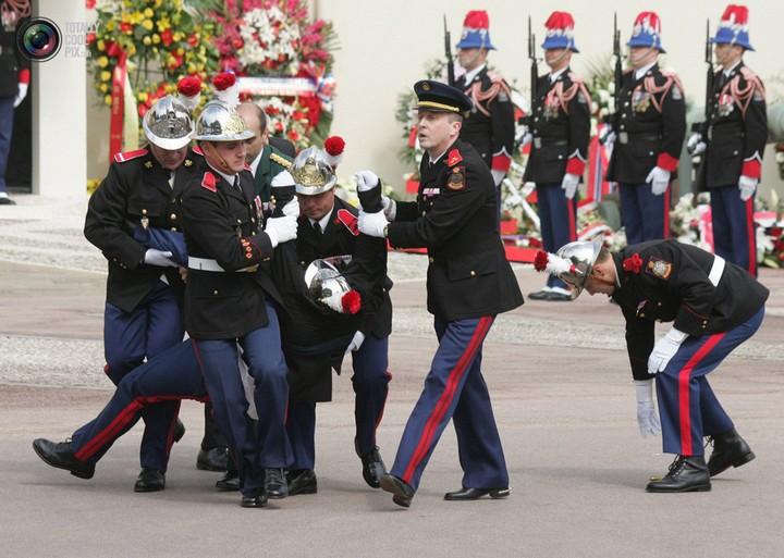 Фото солдат почетного караула падающих в обморок (12)
