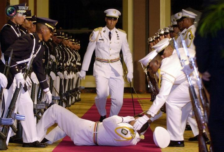 Фото солдат почетного караула падающих в обморок (11)