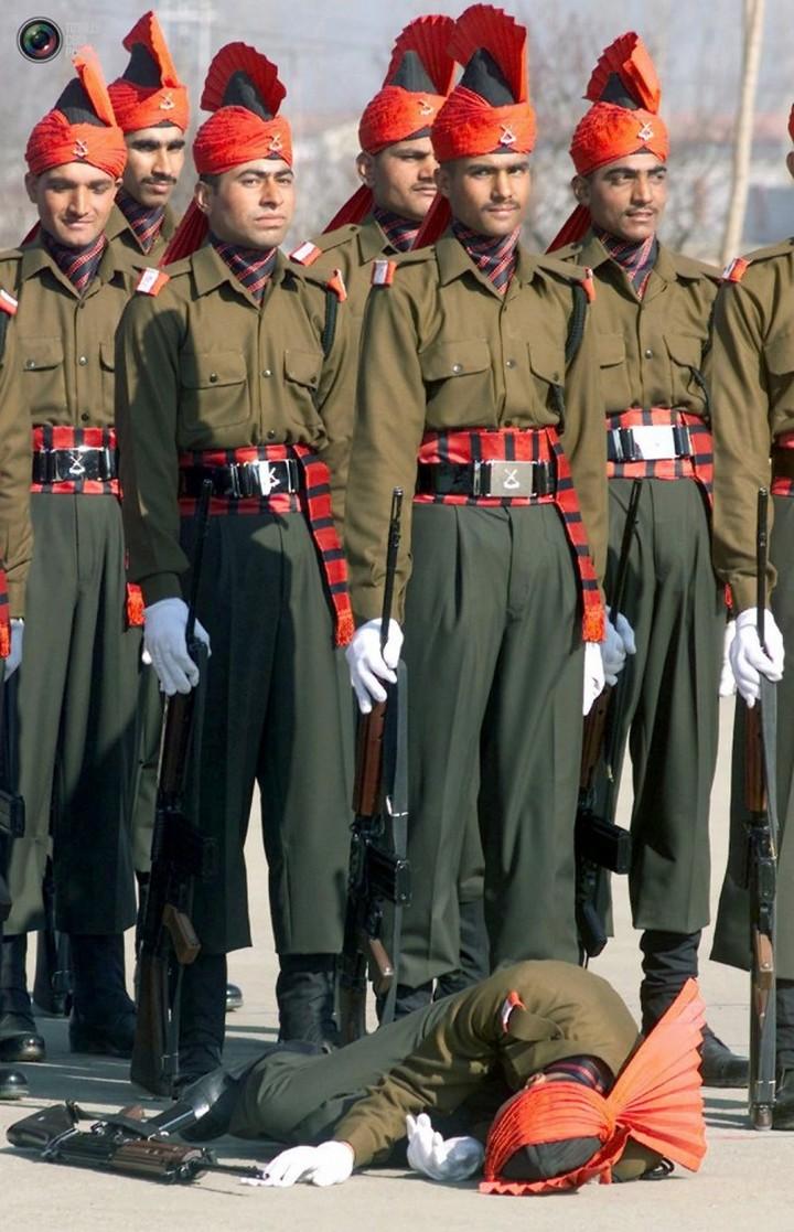 Фото солдат почетного караула падающих в обморок (10)