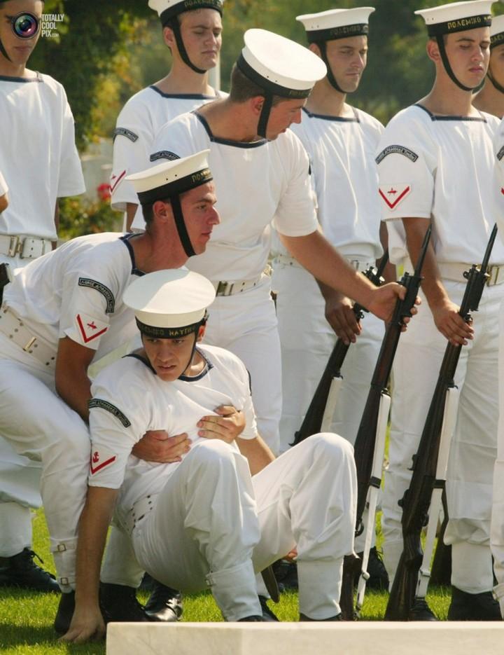Фото солдат почетного караула падающих в обморок (8)