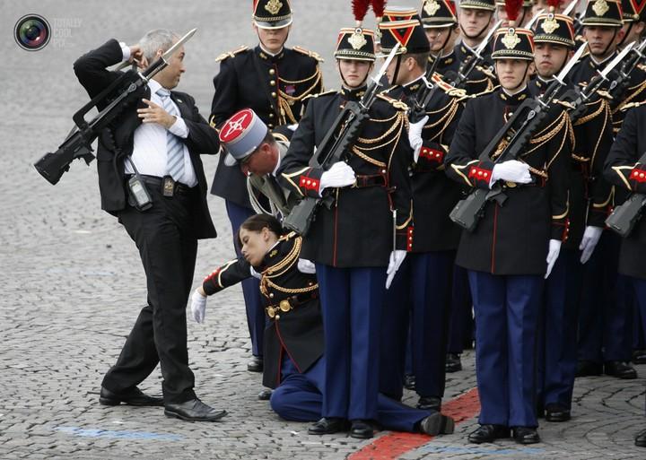 Фото солдат почетного караула падающих в обморок (7)