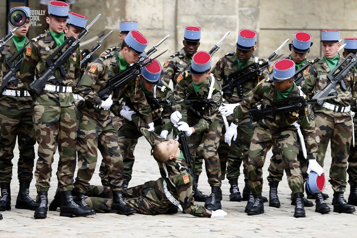 Фото солдат почетного караула падающих в обморок (6)