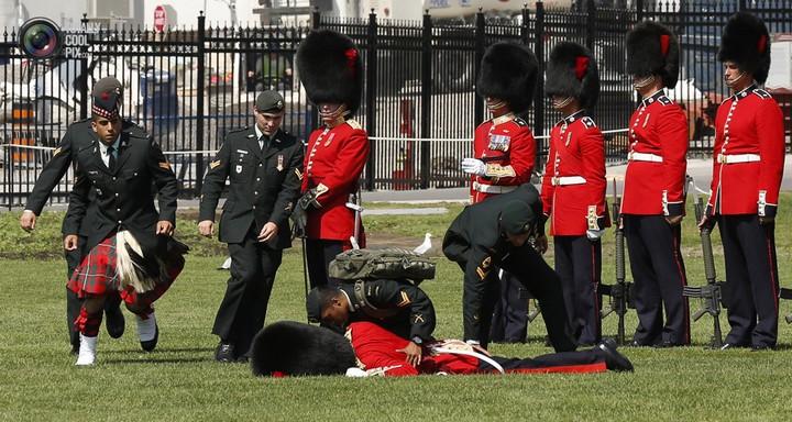 Фото солдат почетного караула падающих в обморок (5)