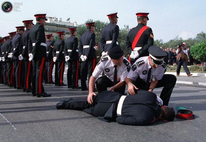 Фото солдат почетного караула падающих в обморок (3)