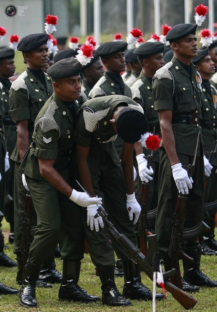 Фото солдат почетного караула падающих в обморок (2)