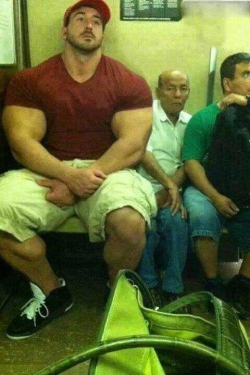 Огромный качек в метро, бодибилдер