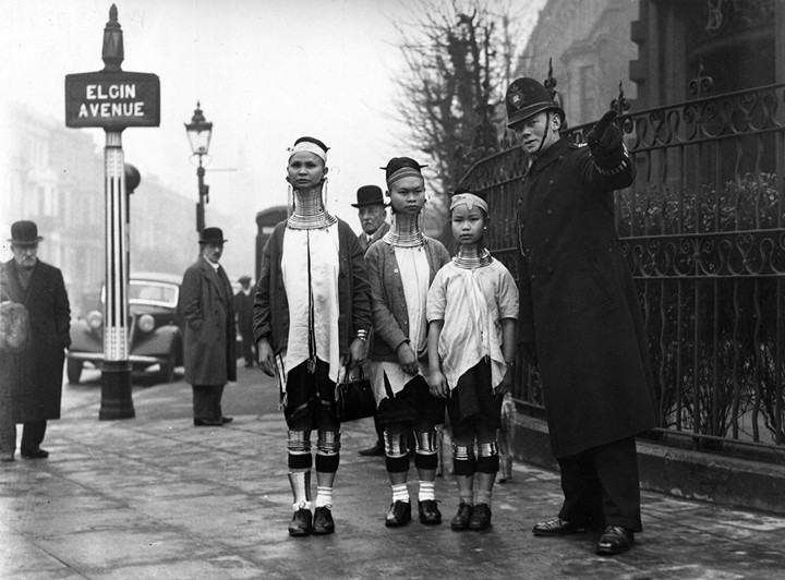 Девушки с длинными шеями из племени Падаунгов в Лондоне (1)