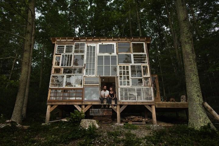 Дом в лесу из старых досок и окон (1)
