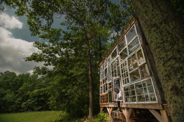 Дом в лесу из старых досок и окон (2)