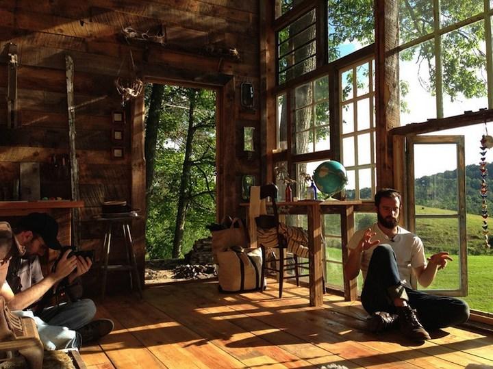 Дом в лесу из старых досок и окон (4)