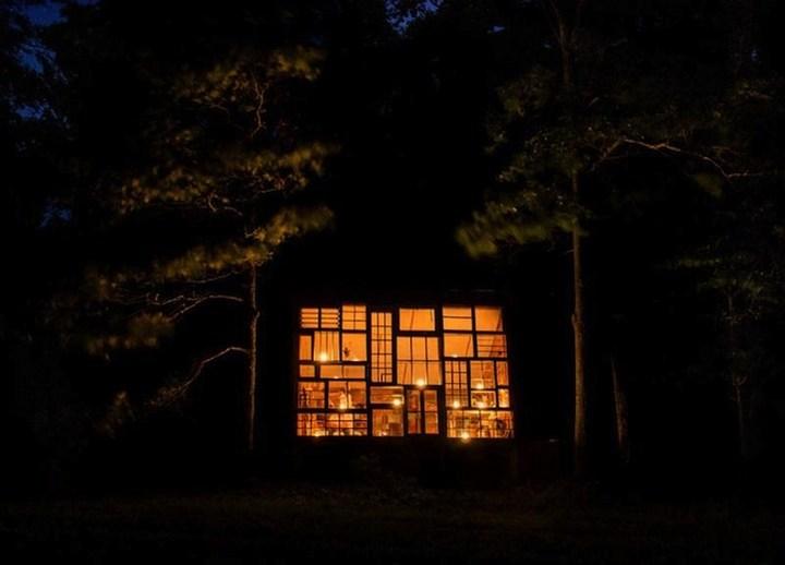 Дом в лесу из старых досок и окон (6)
