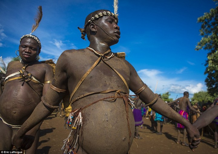 Необычный ритуал племени Омо из Эфиопии (7)