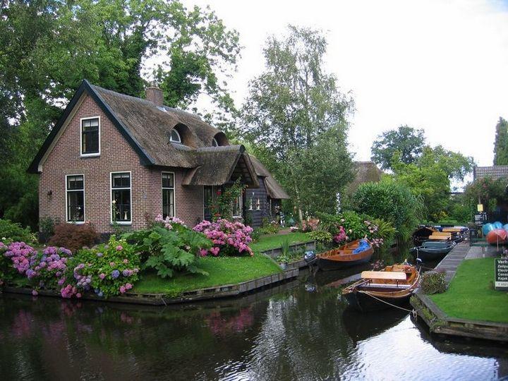 Живописная деревня Гитхорн в Нидерландах где нет дорог (19)