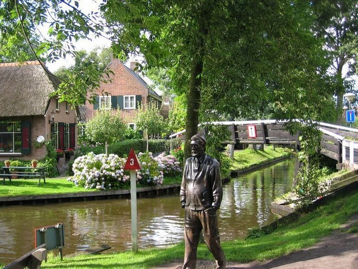 Живописная деревня Гитхорн в Нидерландах где нет дорог (17)