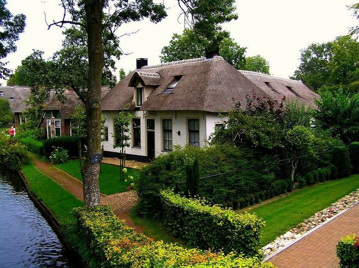 Живописная деревня Гитхорн в Нидерландах где нет дорог (14)