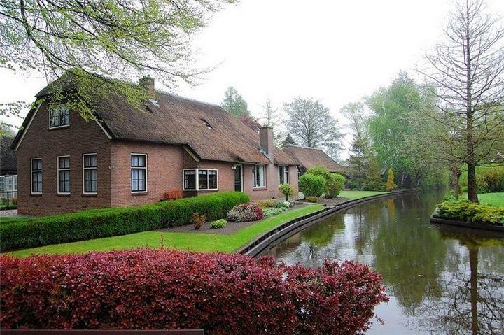 Живописная деревня Гитхорн в Нидерландах где нет дорог (13)